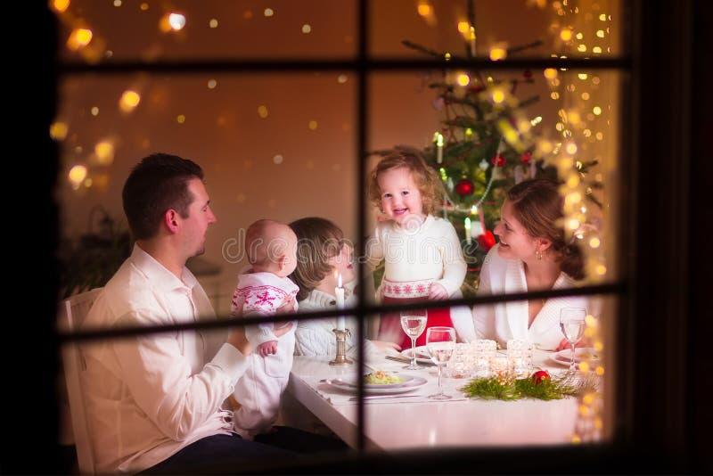 Rodzina przy Bożenarodzeniowym gościem restauracji obraz royalty free