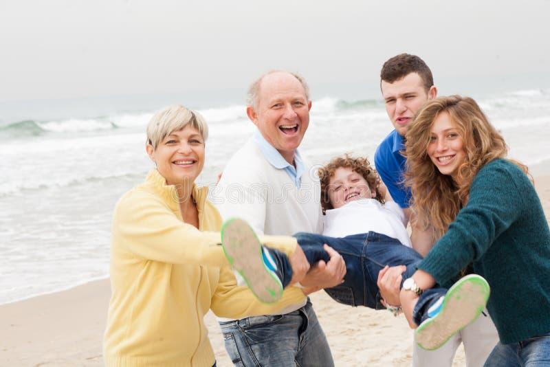Rodzina przy brzeg obrazy royalty free