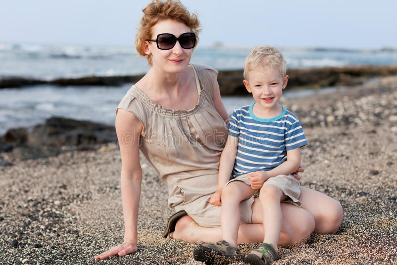 Rodzina przy hawajczyk plażą zdjęcie stock