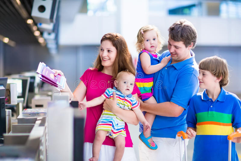 Rodzina przy lotniskiem zdjęcia royalty free