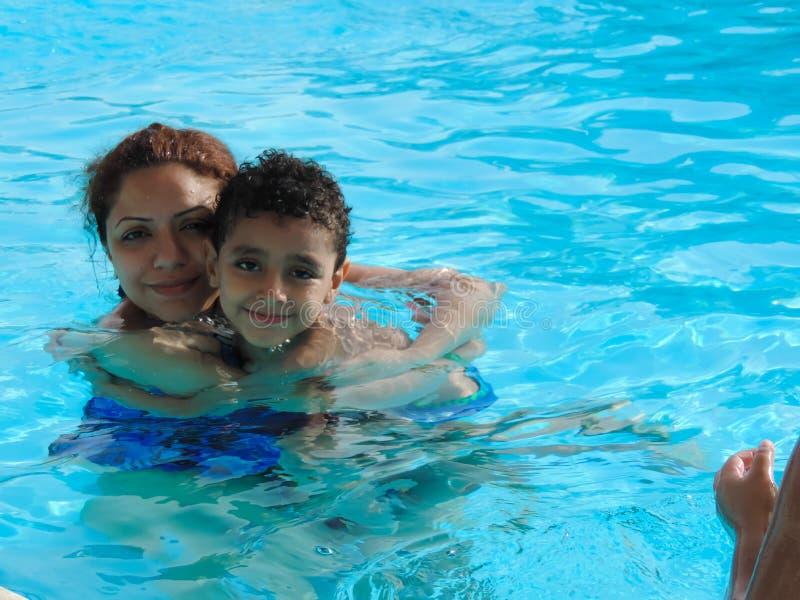 Rodzina przy pływackim basenem obraz royalty free
