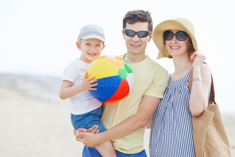 Rodzina przy plażą zdjęcie stock