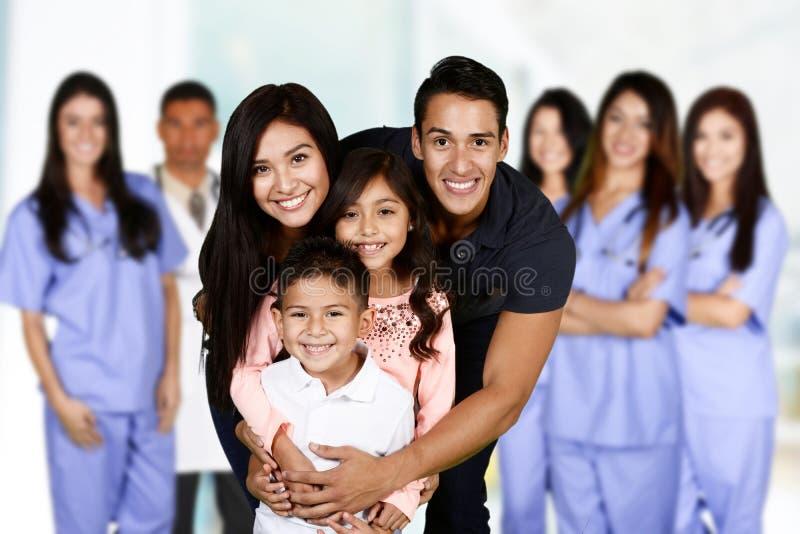 Rodzina Przy szpitalem zdjęcie stock