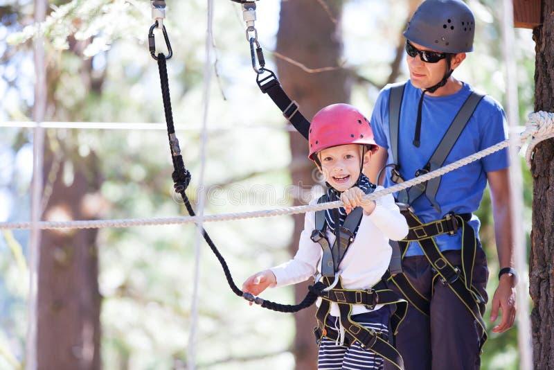 Rodzina przy treetop parkiem zdjęcia royalty free