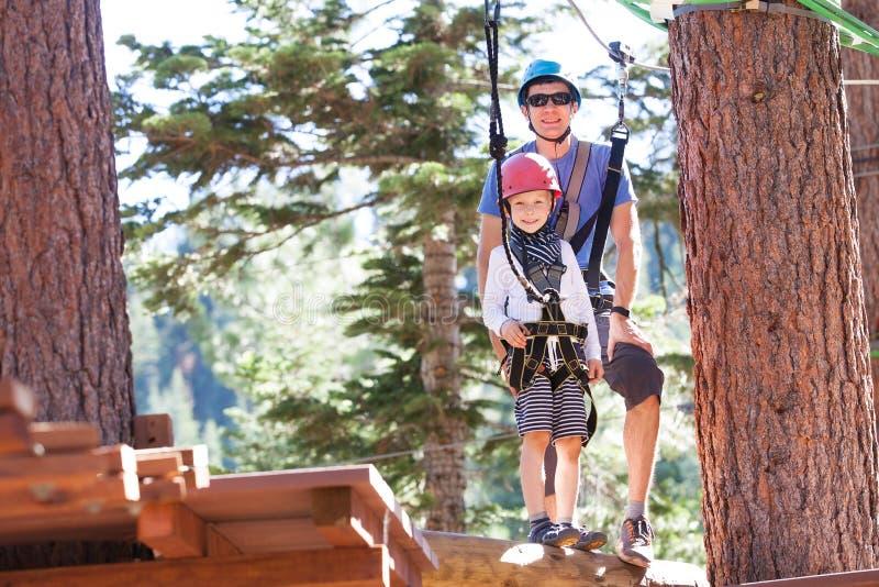 Rodzina przy treetop parkiem fotografia royalty free