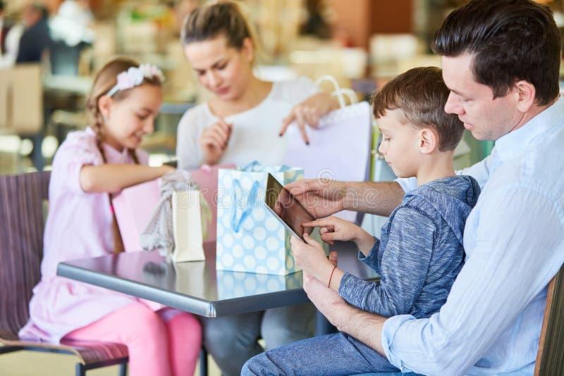 Rodzina przy zakupy odpakowywa zakupy zdjęcie stock