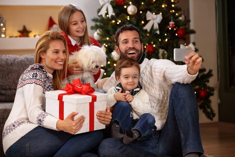 Rodzina robi selfie z telefonem komórkowym dla bożych narodzeń obrazy royalty free
