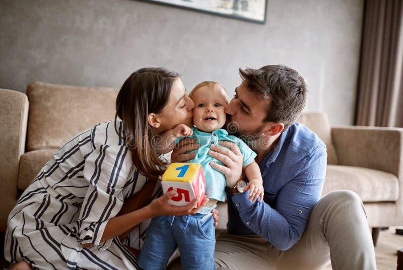 Rodzina, rodzicielstwo i ludzie pojęć, - szczęśliwa matka i ojciec obraz stock