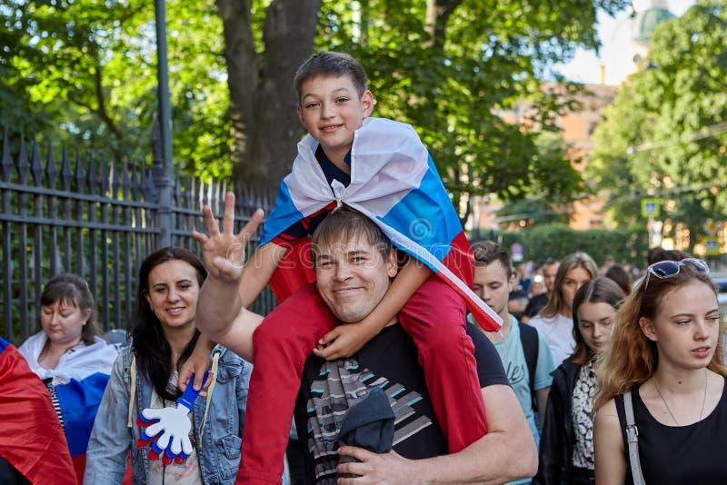 Rodzina rosjanów fan wraca od futbolowego dopasowania, St Petersbu zdjęcia royalty free