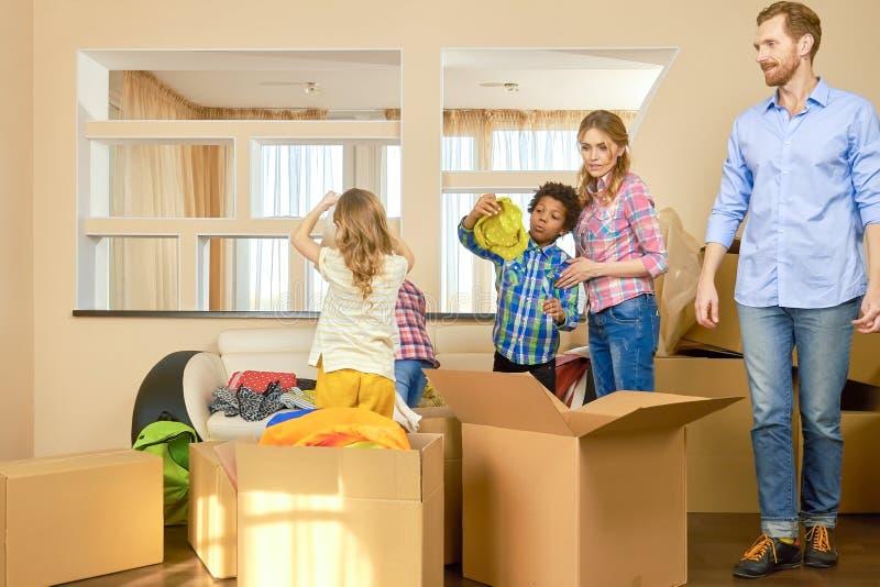 Rodzina rusza się wewnątrz zdjęcie stock