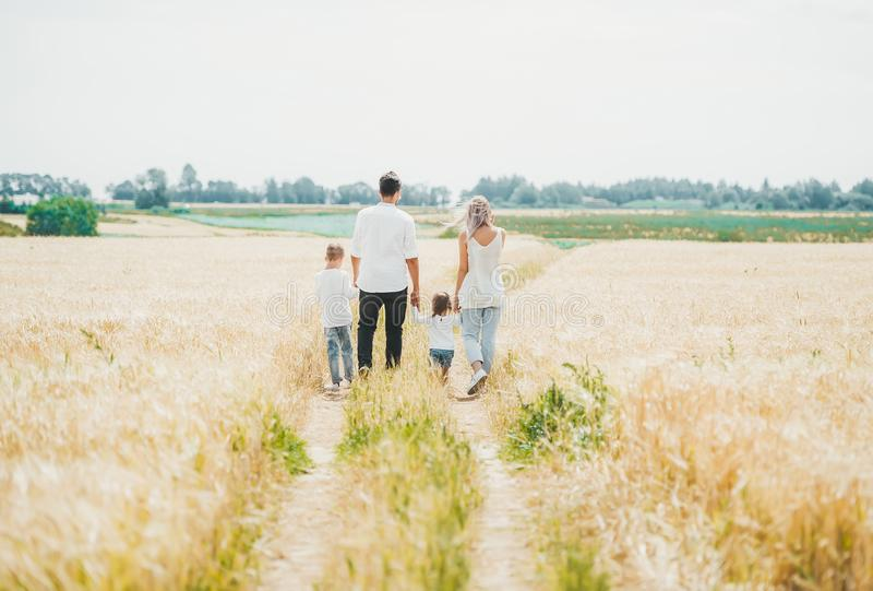 Rodzina składająca się z czterech osób chodzi na polu w naturze fotografia stock