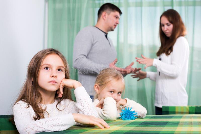 Rodzina składająca się z czterech osób ma bełt w domu obraz stock
