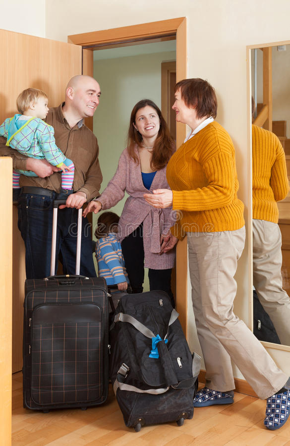 Rodzina składająca się z czterech osób przychodzić   dom obrazy royalty free