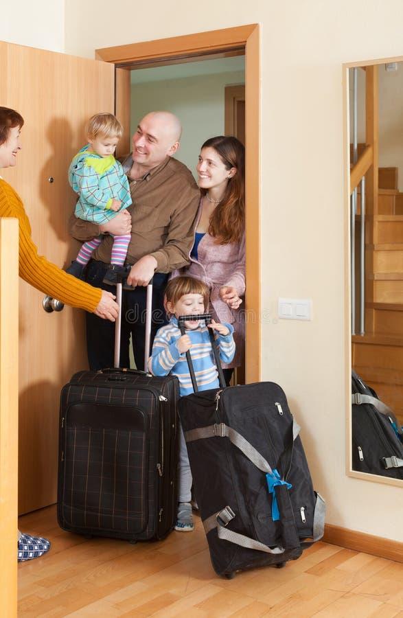 Rodzina składająca się z czterech osób przychodzić   dom zdjęcia royalty free