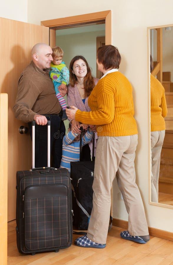 Rodzina składająca się z czterech osób przychodzić  dom obraz royalty free