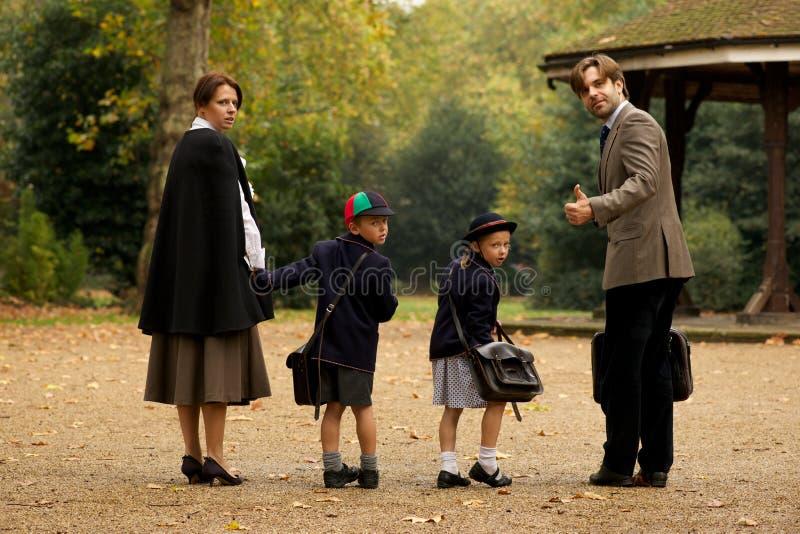 Rodzina składająca się z czterech osób w parku obok bandstand obraz stock