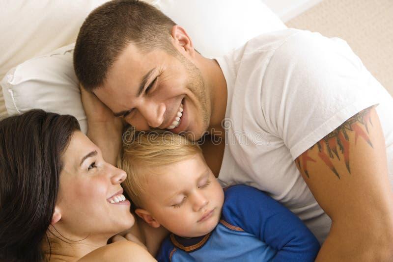 rodzina snuggling zdjęcie royalty free