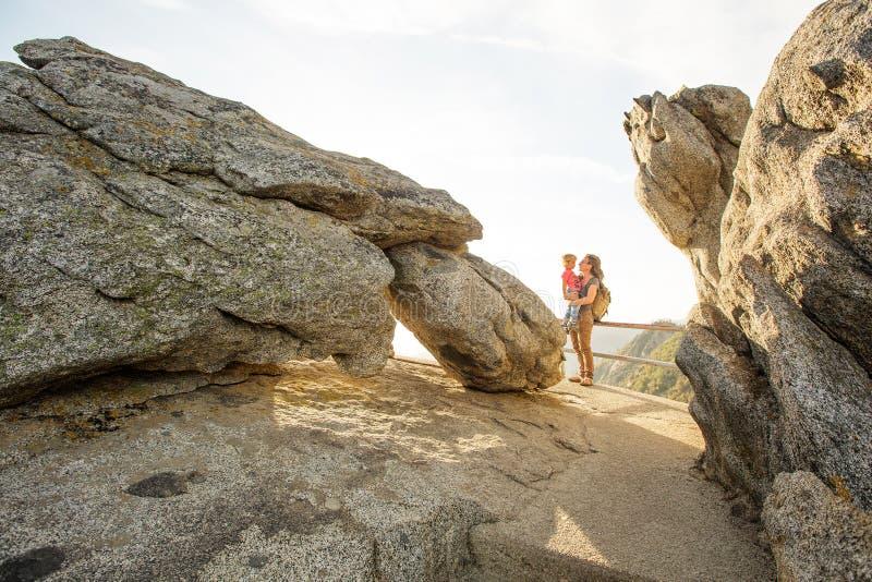 Rodzina spotyka zmierzch na Moro skale w sekwoja parku narodowym, Kalifornia, usa obrazy royalty free