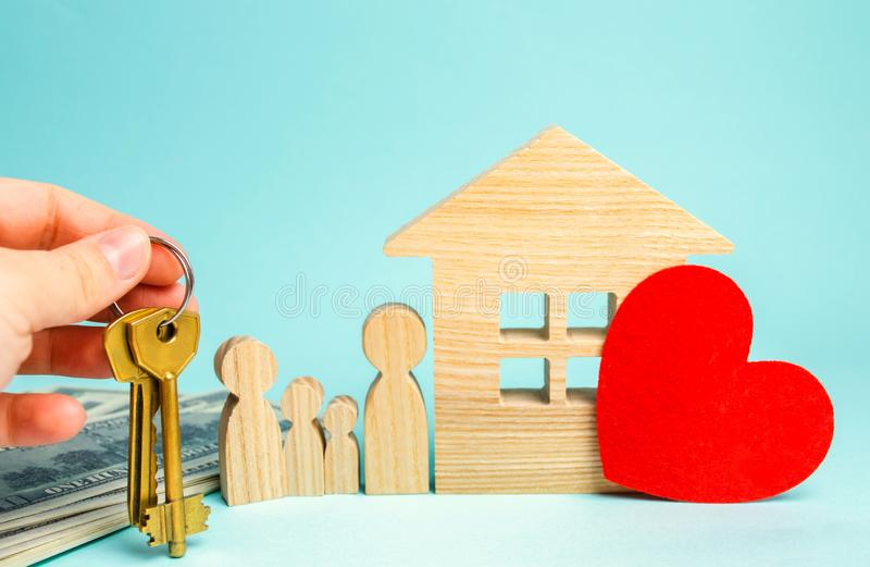 Rodzina stojaki blisko domu niedrogi budynki mieszkalne koncepcja real nieruchomości Kupienia i sprzedawania domy Czynszowy miesz obraz royalty free