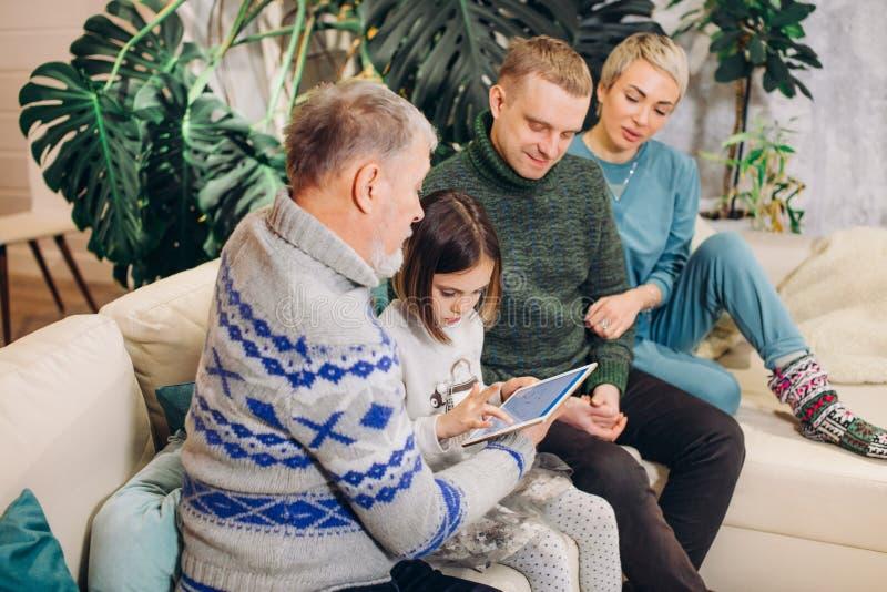 Rodzina surfuje sieć podczas gdy odpoczywający na leżance obraz stock