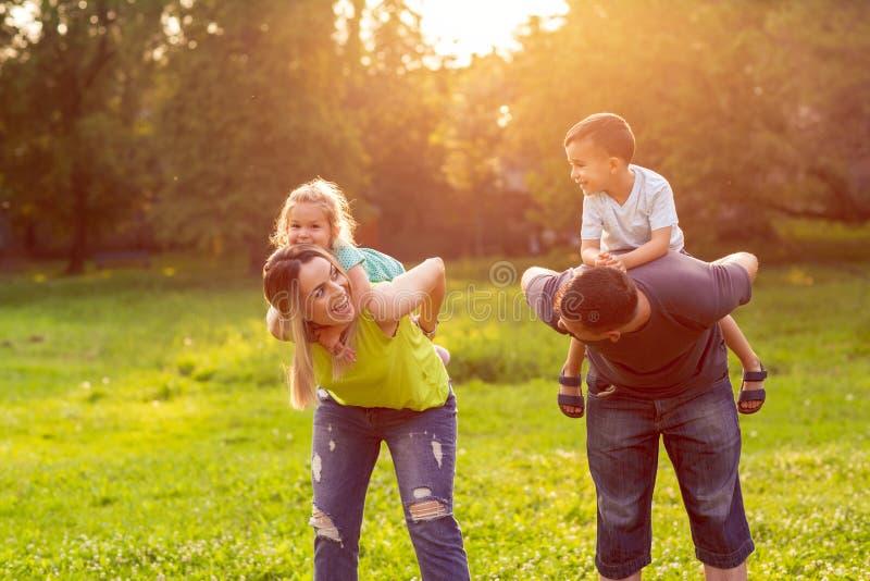 Rodzina, szczęście, dzieciństwo i ludzie pojęć, - rodziców dawać zdjęcie royalty free