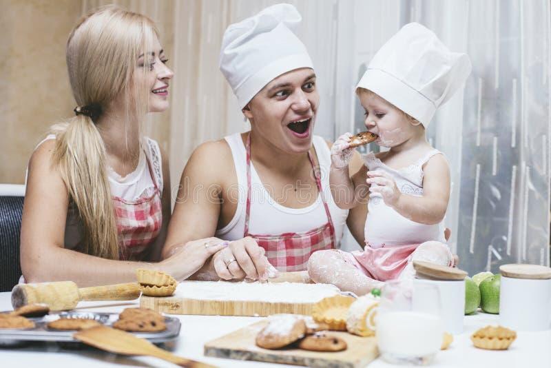Rodzina, szczęśliwa córka z tata i mama w domowy kuchenny śmiać się, obraz royalty free