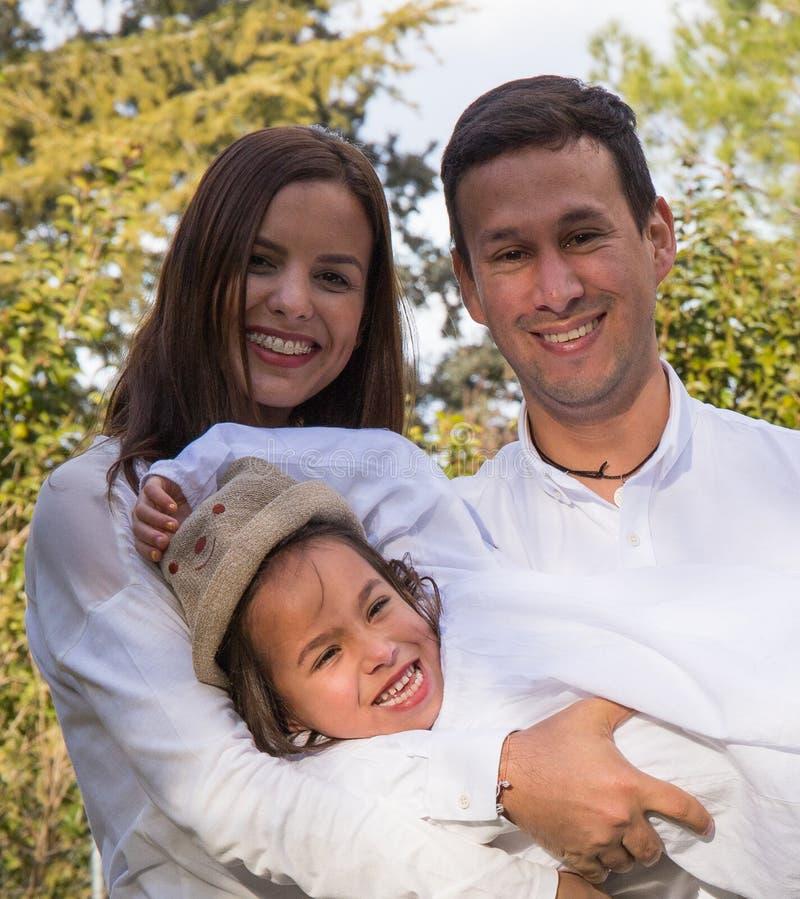 Rodzina trzy członka pozuje dla fotografii zdjęcia royalty free