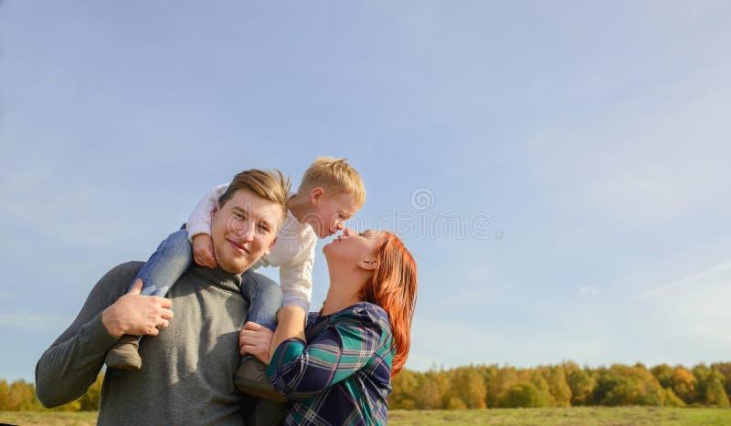 Rodzina trzy huging i całuje zdjęcie royalty free