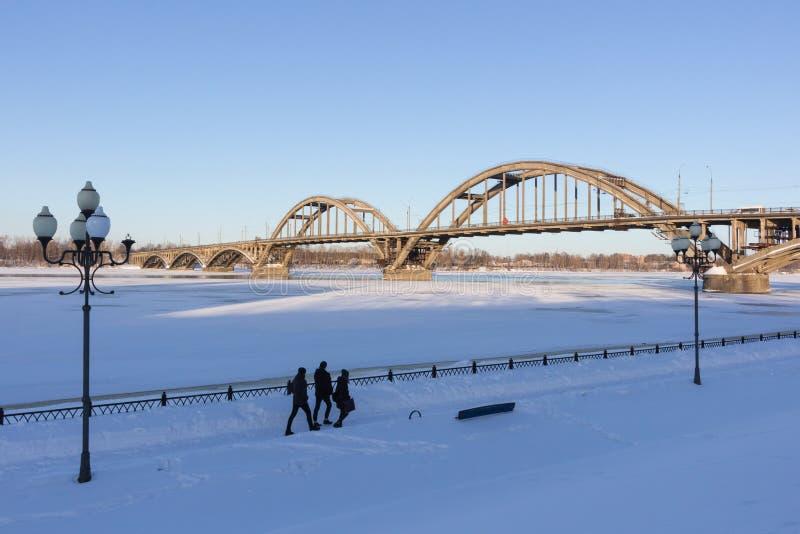 Rodzina trzy ludzie chodzi wzdłuż śnieżystego miasteczka zdjęcie stock