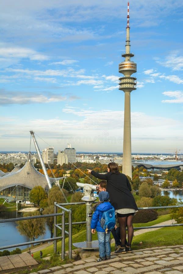 Rodzina turyści podziwia widoki Olympiapark zdjęcie stock