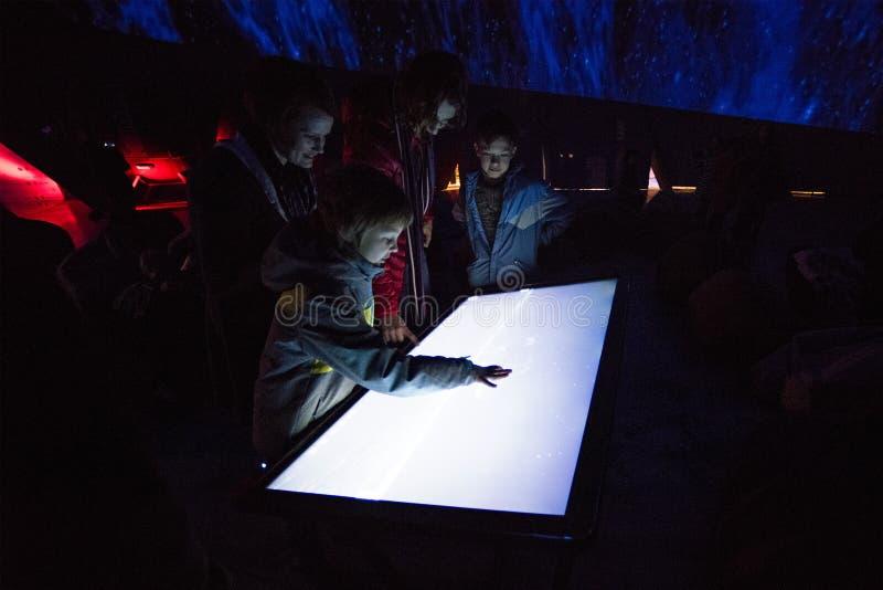 Rodzina turyści wielki planetarium w świacie obrazy royalty free