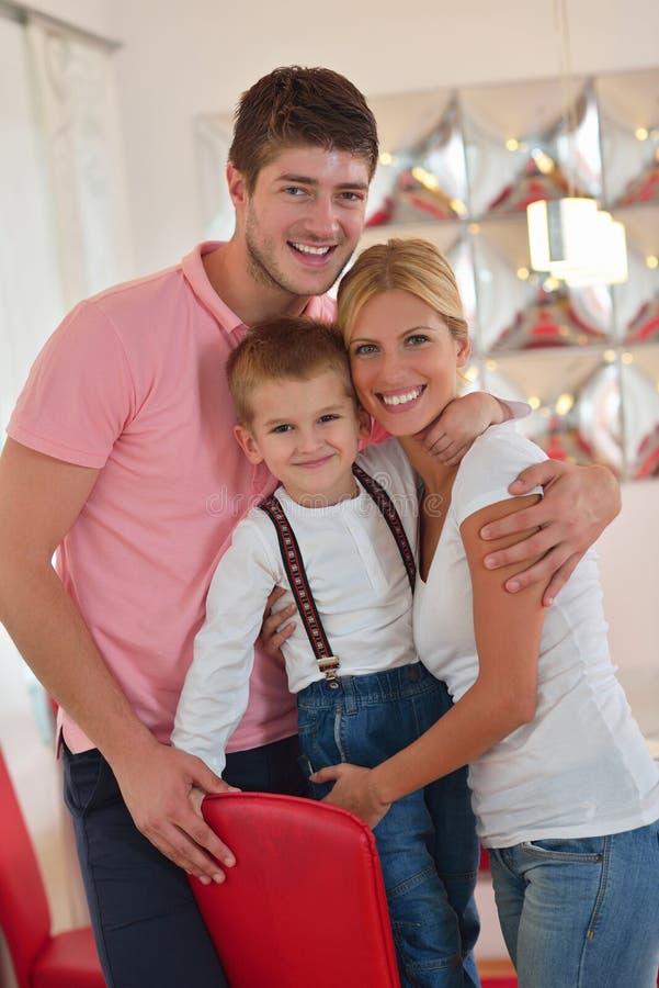 Rodzina w domu obrazy royalty free