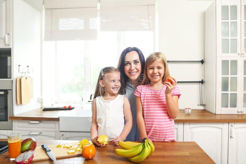 Rodzina w kuchennym narządzaniu świeża owocowa sałatka zdjęcia royalty free