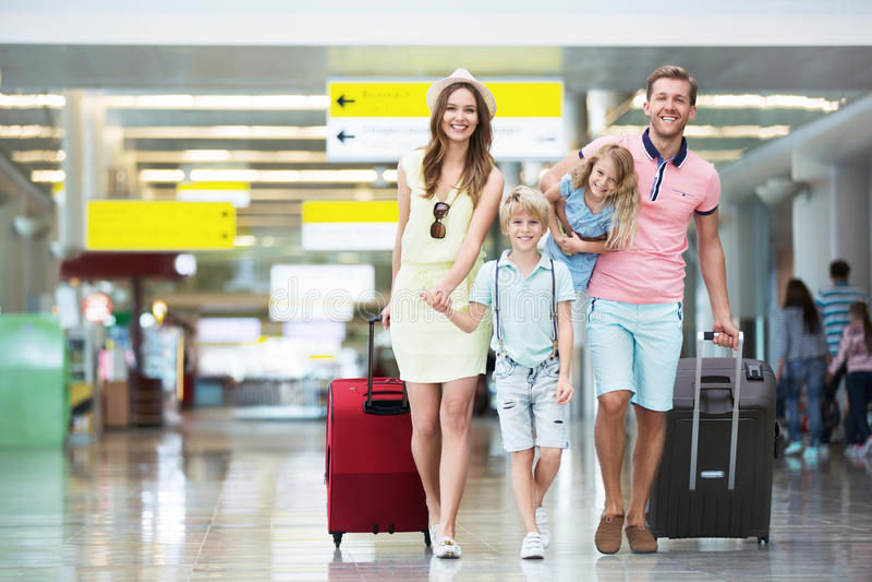 Rodzina w lotnisku zdjęcie stock