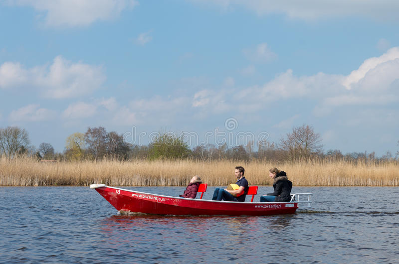 Rodzina w małej łódce zdjęcia stock
