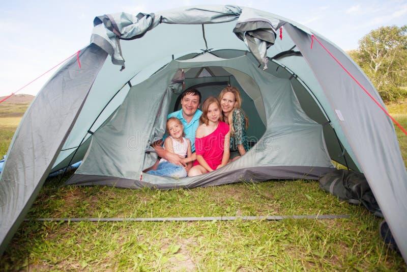 Rodzina w namiocie przy latem zdjęcie stock