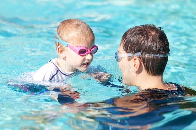 Rodzina w pływackim basenie zdjęcia royalty free