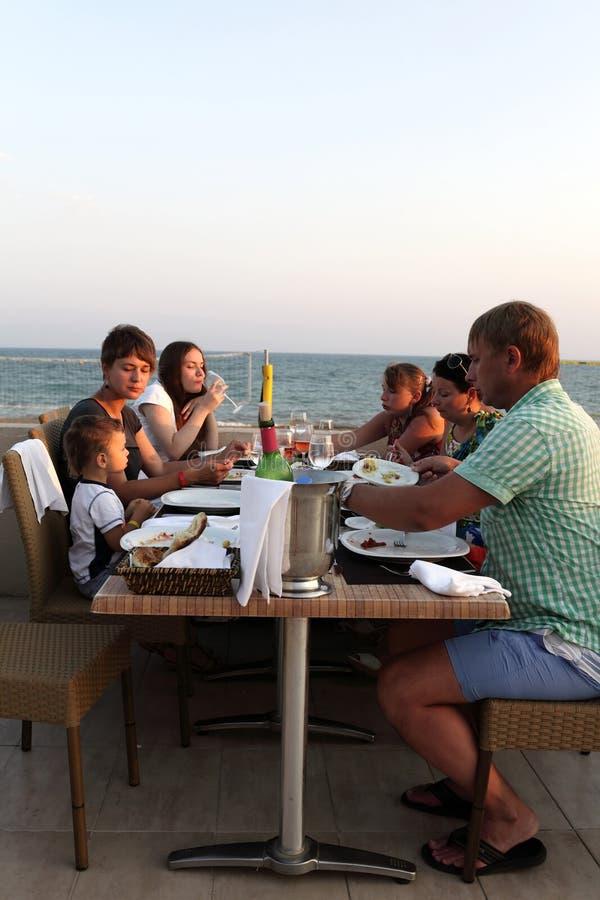 Rodzina w plażowej restauraci zdjęcie stock