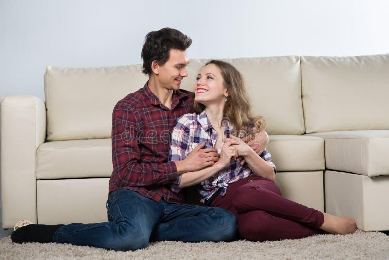 Rodzina w pokoju z kanapą zdjęcie royalty free
