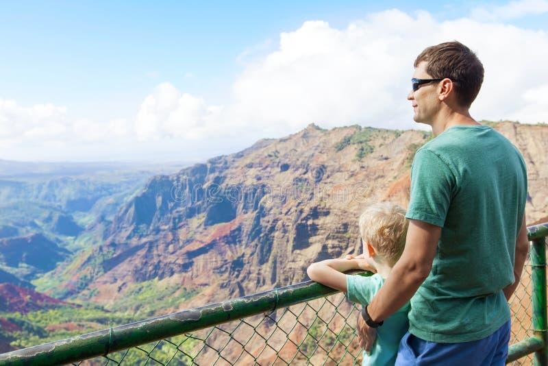 Rodzina wycieczkuje przy Kauai zdjęcia stock