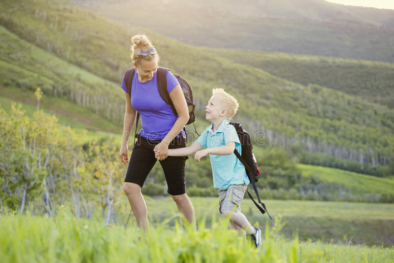 Rodzina wycieczkuje w górach na pięknym lecie wpólnie zdjęcie stock