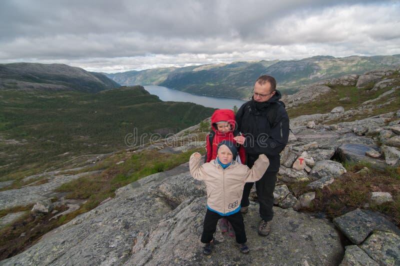Rodzina wycieczkuje w góry fotografia royalty free