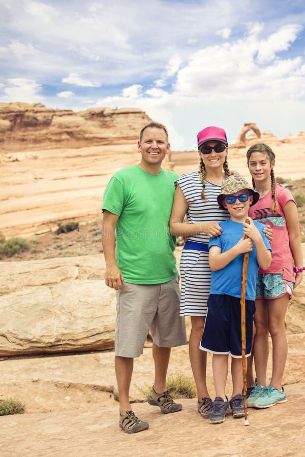 Rodzina wycieczkuje wpólnie i zwiedza przy łuku parkiem narodowym zdjęcia stock