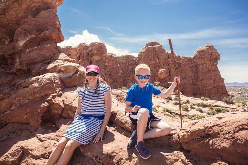 Rodzina wycieczkuje wpólnie w łuku parku narodowym zdjęcie royalty free