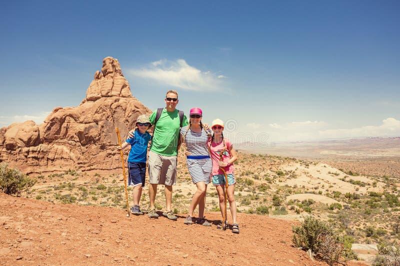 Rodzina wycieczkuje wpólnie w łuku parku narodowym fotografia stock
