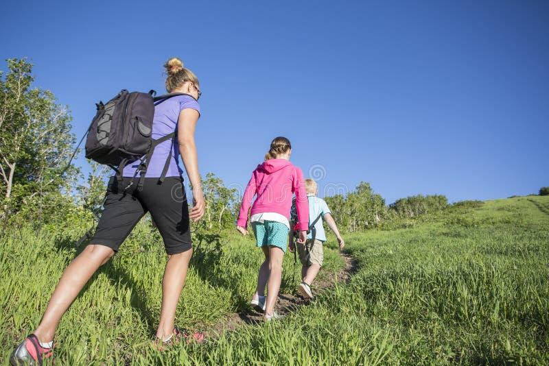 Rodzina wycieczkuje wpólnie w górach obraz stock