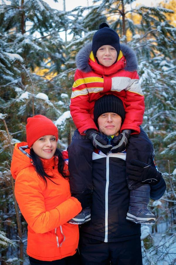Rodzina wydaje czas plenerowego w zimie zdjęcie royalty free