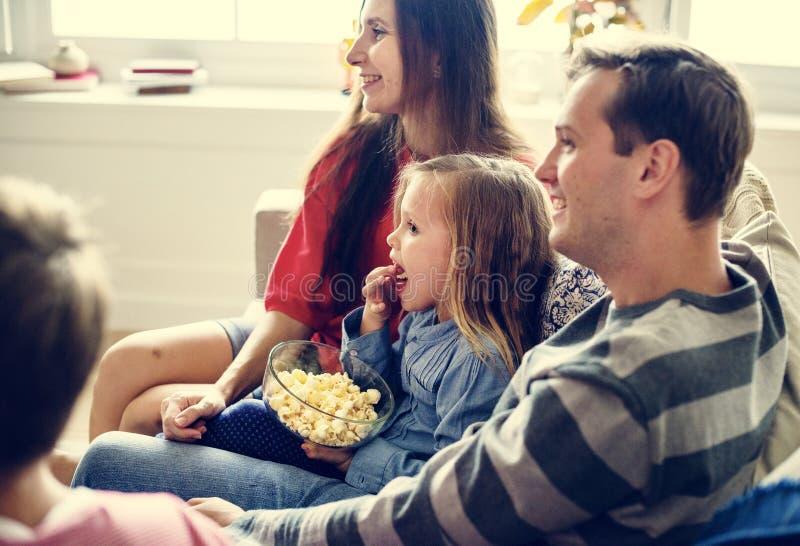 Rodzina wydaje czas wraz z szczęściem obrazy royalty free