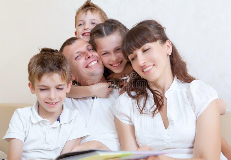 rodzina wydaje wpólnie czas fotografia royalty free