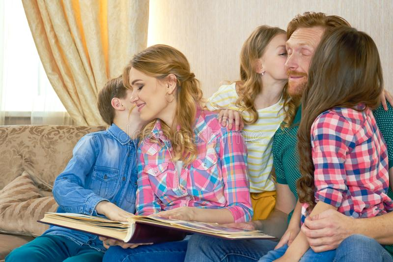 Rodzina z albumem fotograficznym indoors zdjęcia royalty free